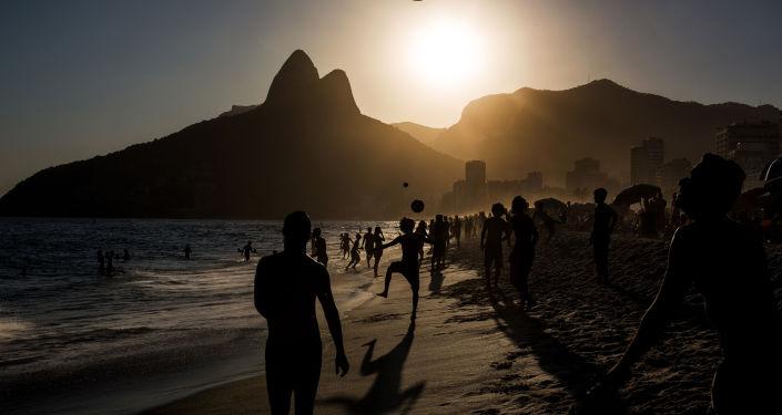 Daniel Rodrigues (Portugal) – Pessoas jogam futebol durante pôr do sol na praia de Ipanema, Rio de Janeiro (People playing soccer ball on Ipanema beach at sunset, Rio de Janeiro)