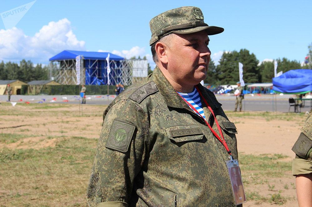 Árbitro principal do concurso Desantny Vzvod (Pilotão de Desembarque), o tenente-general Andrei Vyaznikov, fala com jornalistas em Pskov