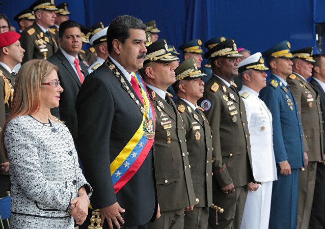 O presidente da Venezuela, Nicolás Maduro, e sua esposa, Cilia Flores, durante uma parada militar em Caracas em 4 de agosto de 2018