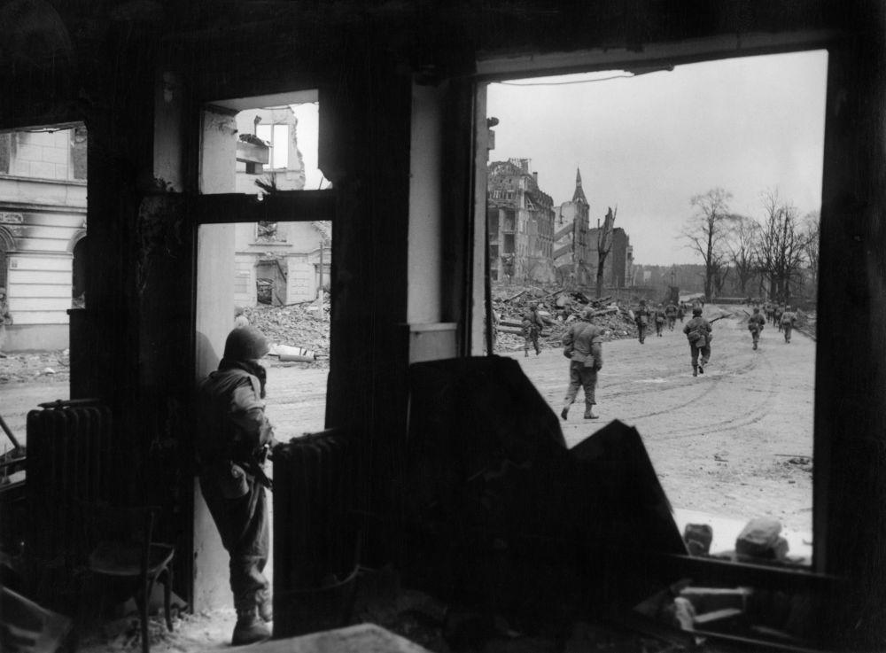 Patrulha militar estadunidense dirigindo-se para o centro da cidade alemã de Colônia durante a 2ª Guerra Mundial, em março de 1945