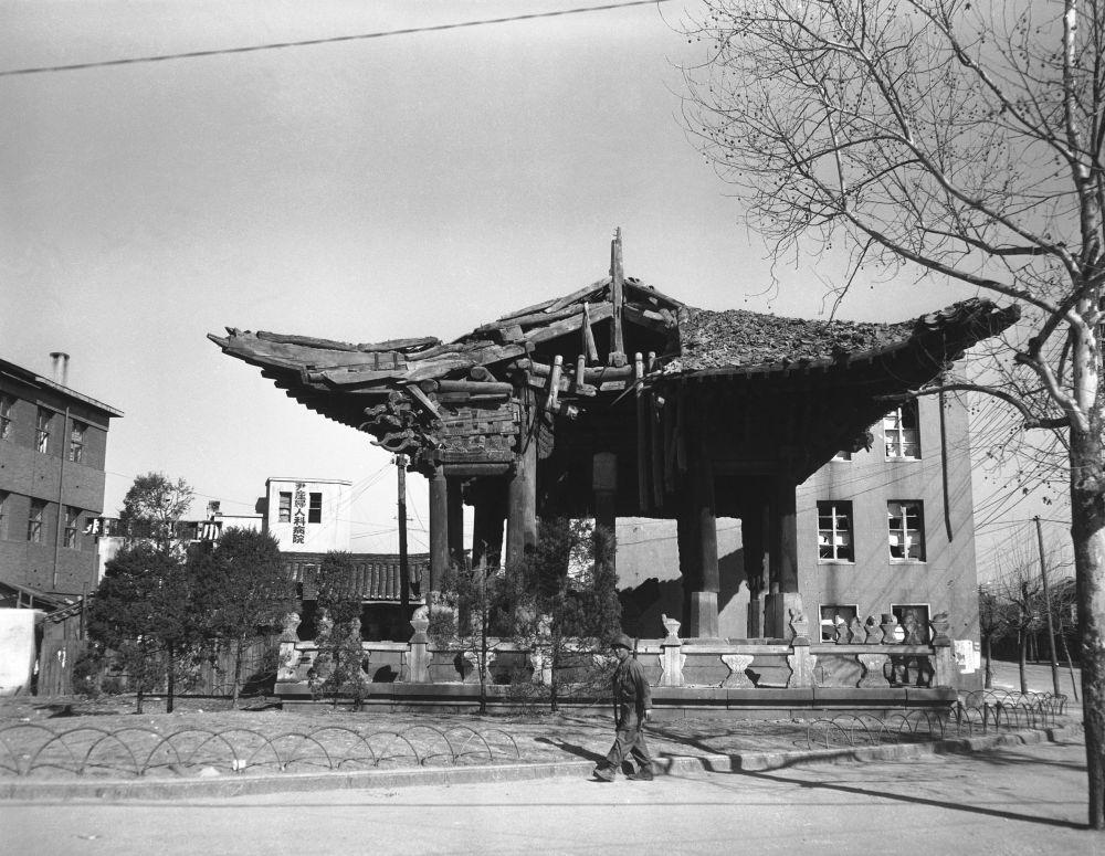 Soldado anda nas proximidades de um templo destruído no centro de Seul, na Coreia do Sul, em março de 1951
