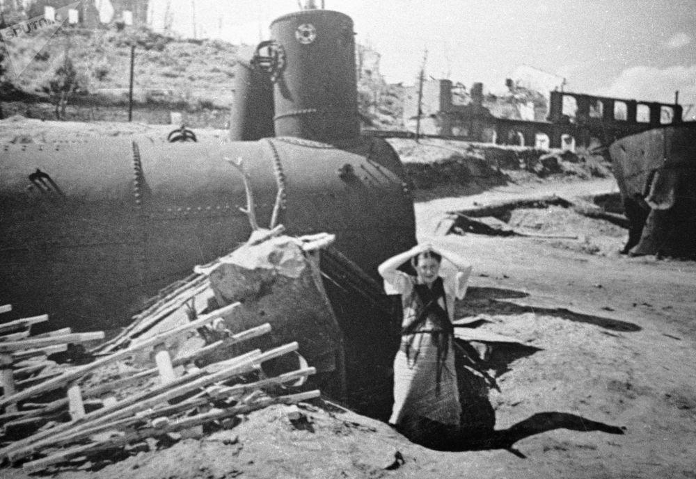 Mulher entre ruínas da então cidade russa de Stalingrado (atualmente chamada de Volgogrado)