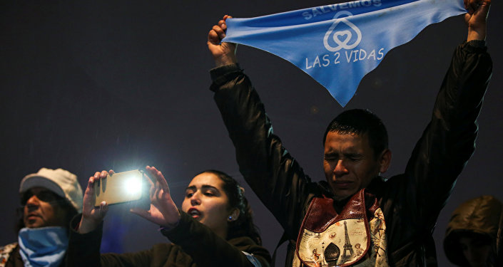 Ativistas contra o aborto se reúnem à espera do resultado da votação em um projeto de lei que legaliza o aborto, em Buenos Aires, Argentina, 8 de agosto de 2018.
