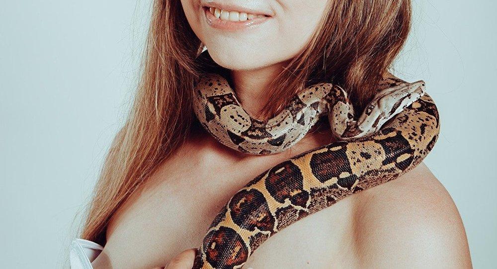 Mulher com cobra no pescoço (imagem referencial)