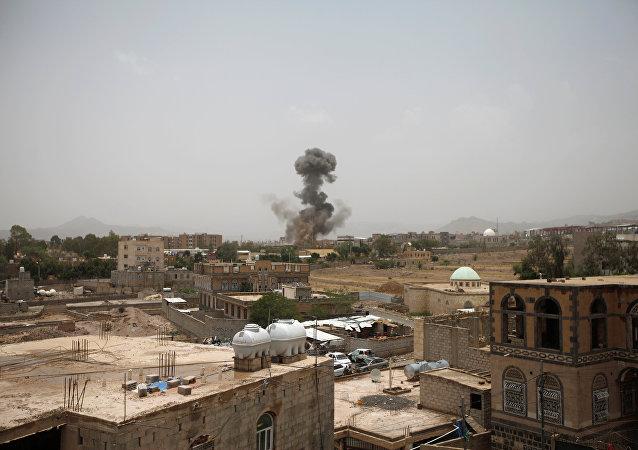 Fumaça depois de um ataque aéreo em Sanaa, Iêmen, 9 de agosto de 2018