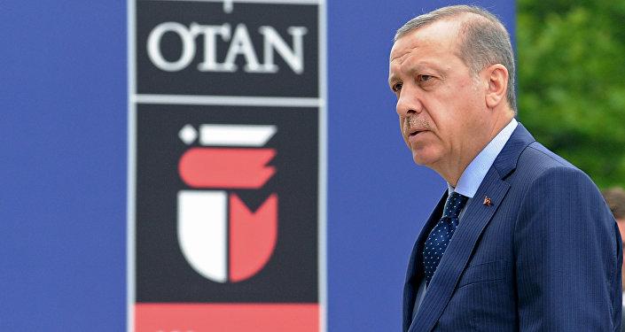 O presidente turco, Recep Tayyip Erdogan, chega ao segundo dia do encontro da OTAN em Varsóvia, Polônia.