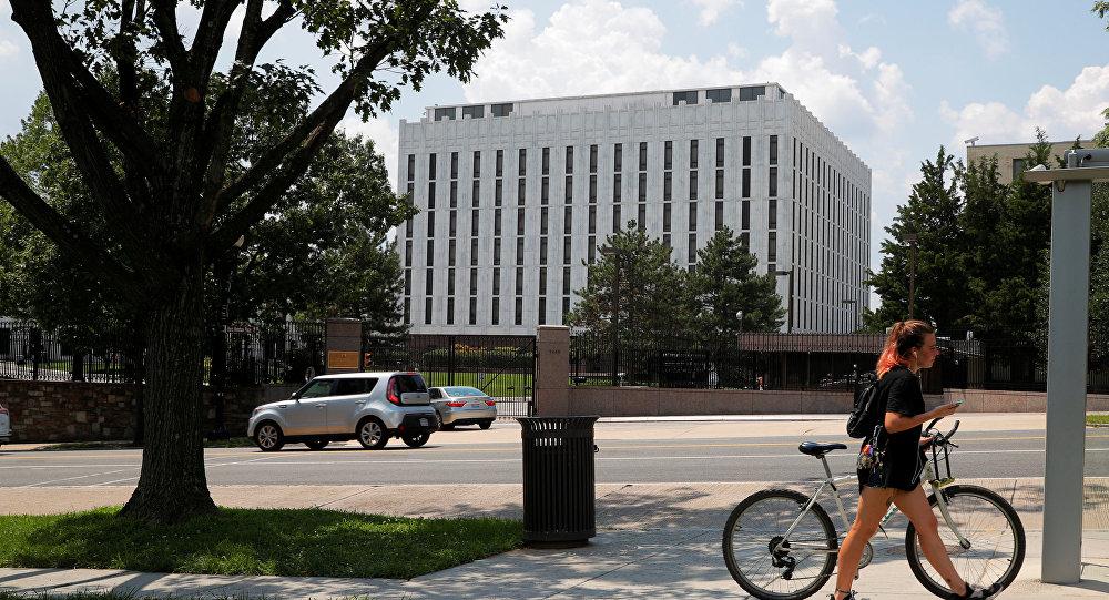 Mulher com bicicleta frente à embaixada russa em Washington, EUA, 6 de agosto de 2018