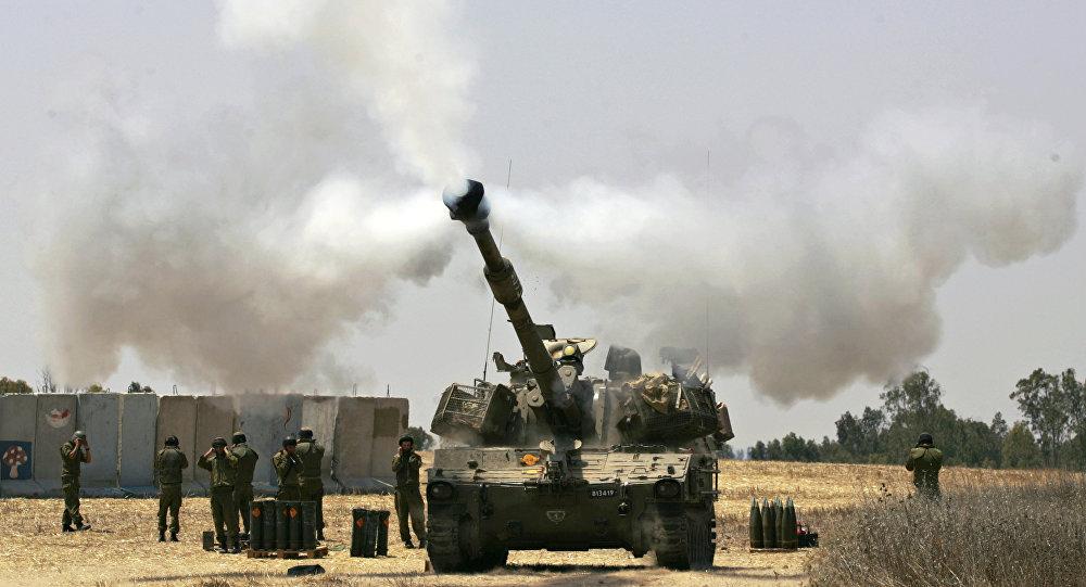 Um tanque do exército israelense dispara em direção à Faixa de Gaza (Arquivo)