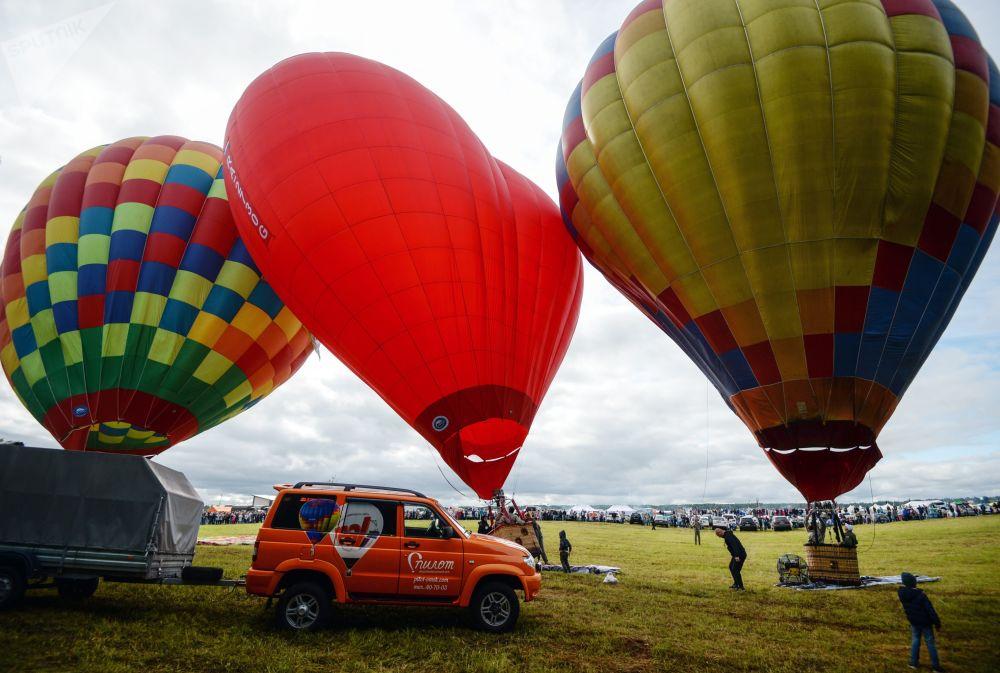 Balões quentes sendo preparados para um show aéreo na região de Novossibirsk