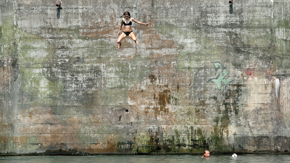 Menina pula para o rio Reno, na Suíça