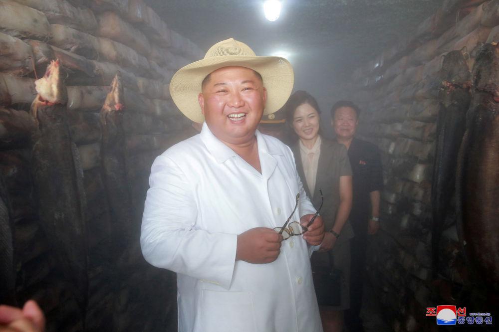 Líder norte-coreano, Kim Jong-un, visita empresa de piscicultura