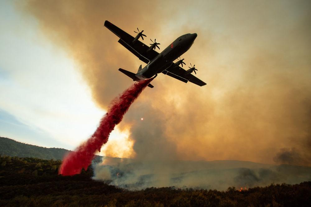 Aeronave dispersa agente químico durante incêndios na Califórnia, nos EUA
