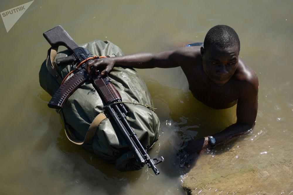 Militar das Forças Armadas do Zimbábue participa do concurso militar em Novossibirsk, na Rússia