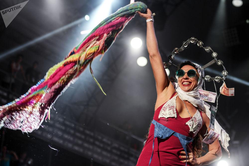 Participante da banda russa The Hatters se apresenta no palco do festival de música rock Nashestvie, na região russa de Tver
