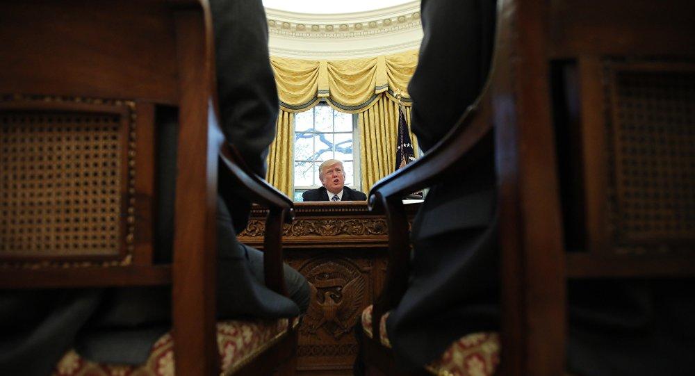 O presidente dos EUA, Donald Trump, fala durante uma entrevista à Reuters no Salão Oval da Casa Branca em Washington (arquivo)