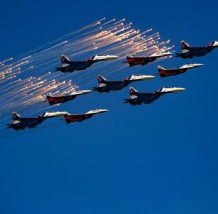 Caça Su-30SM do grupo de acrobacia aérea Russkie Vityazi e um MiG-29 do grupo Strizhi durante o desfile do Dia da Vitória