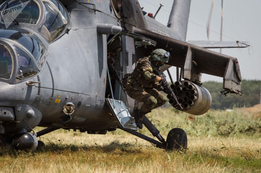 Voos de treinamento de um helicóptero Mi-35M na região de Krasnodar
