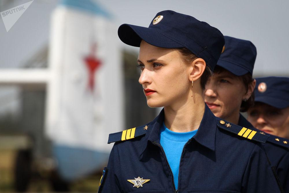 Militares comparecendo no Dia das Portas Abertas do regimento aéreo do Distrito Militar do Sul em comemoração do 105º aniversário da Força Aeroespacial da Rússia