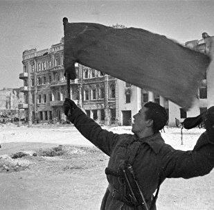 Soldado soviético comemora a vitória na Batalha de Stalingrado