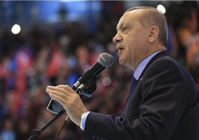 Presidente turco, Recep Tayyip Erdogan, fala aos membros do seu partido, em 24 de março de 2018