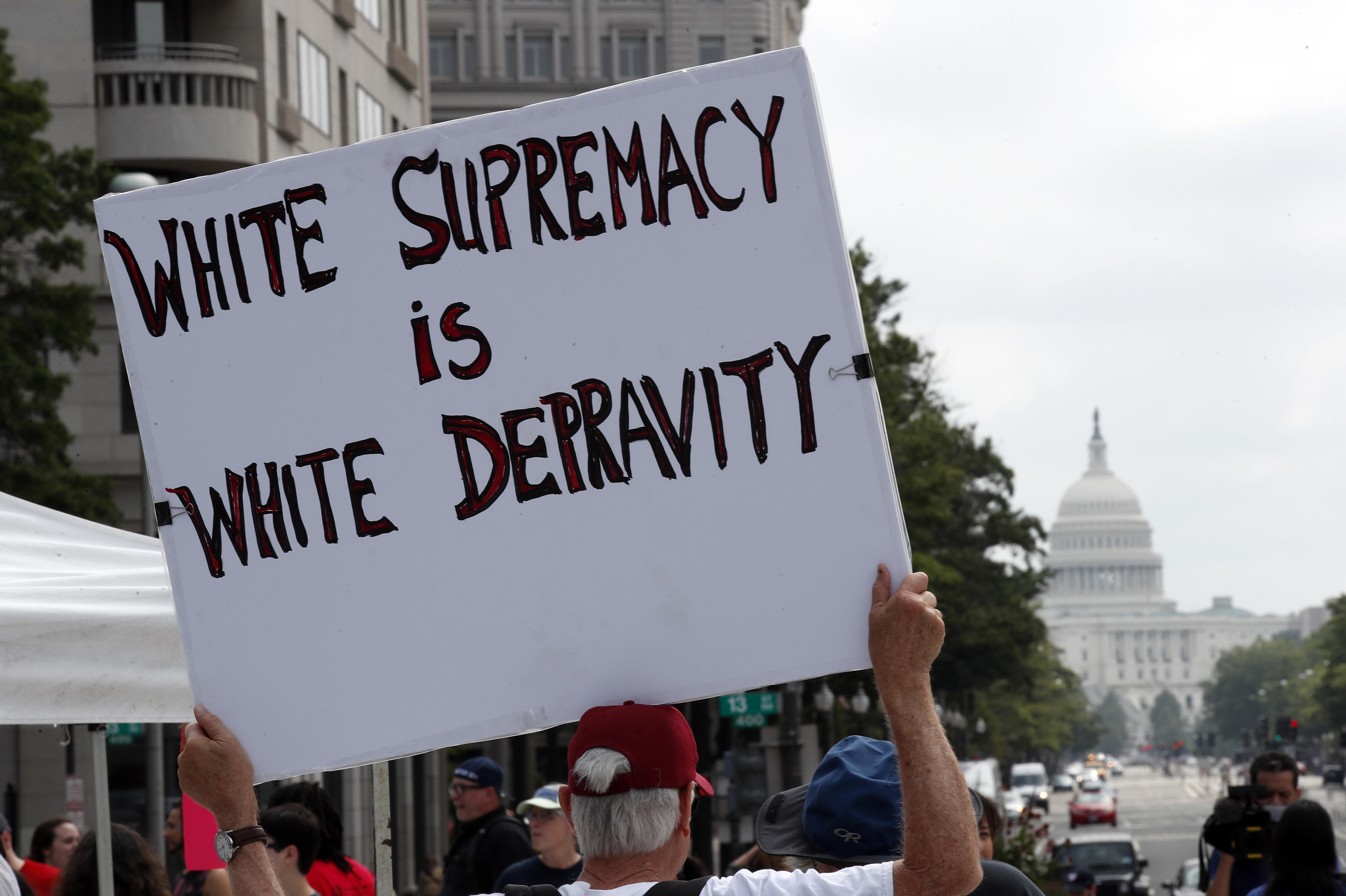 Grupos protestam em Washington contra e a favor das marchas supremacistas de Charlottesville, que fizeram aniversário de um ano.