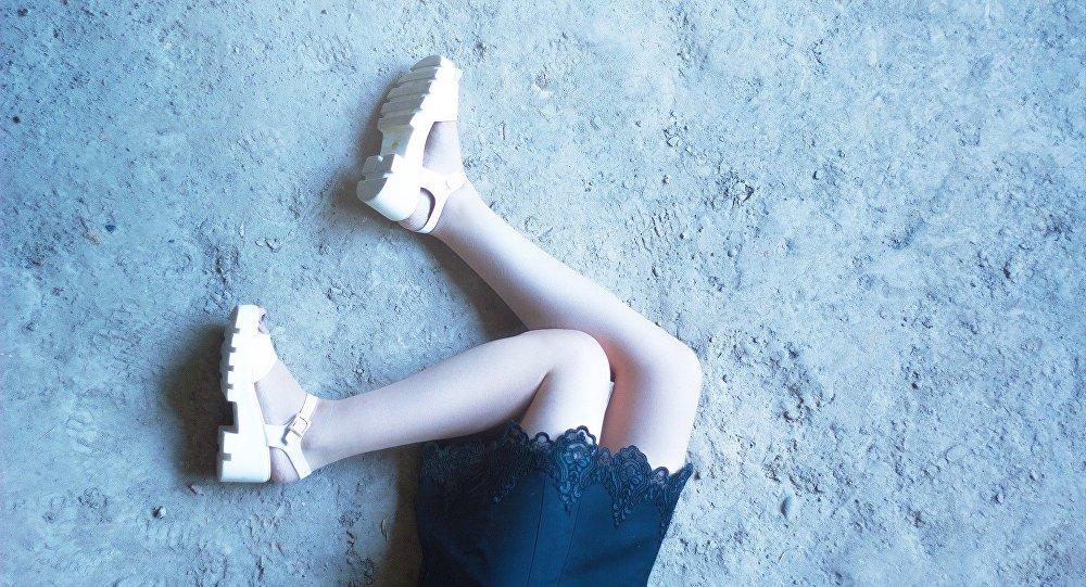 Mulher deitada no chão (imagem referencial)