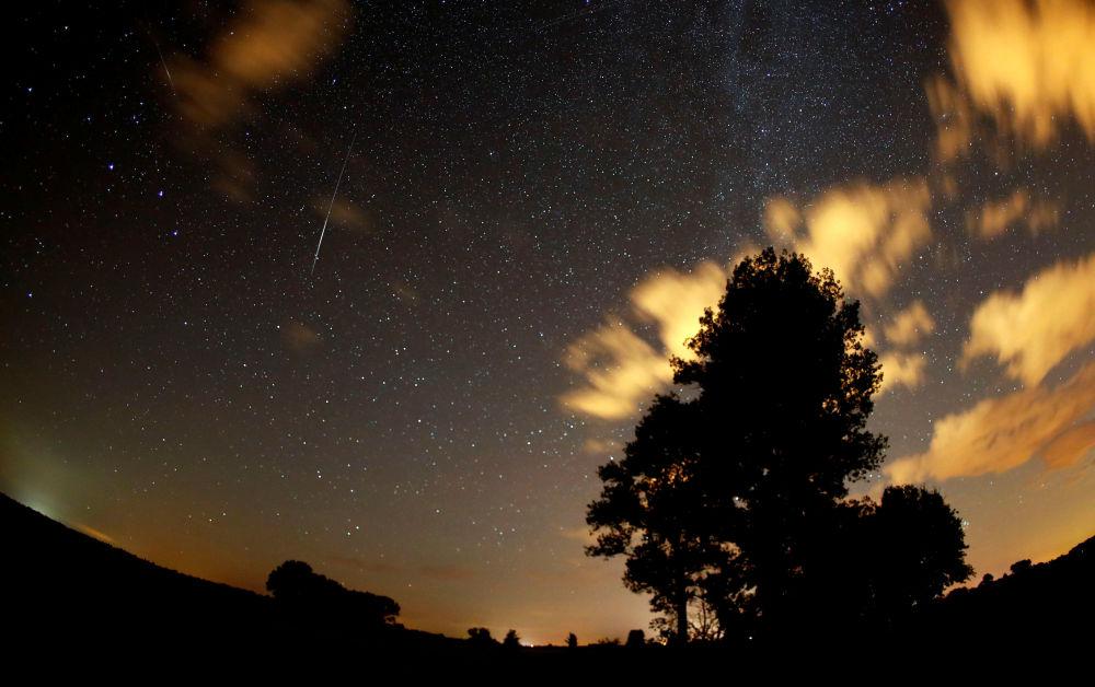 Estrelas no céu sobre a Alemanha durante a chuva de meteoros