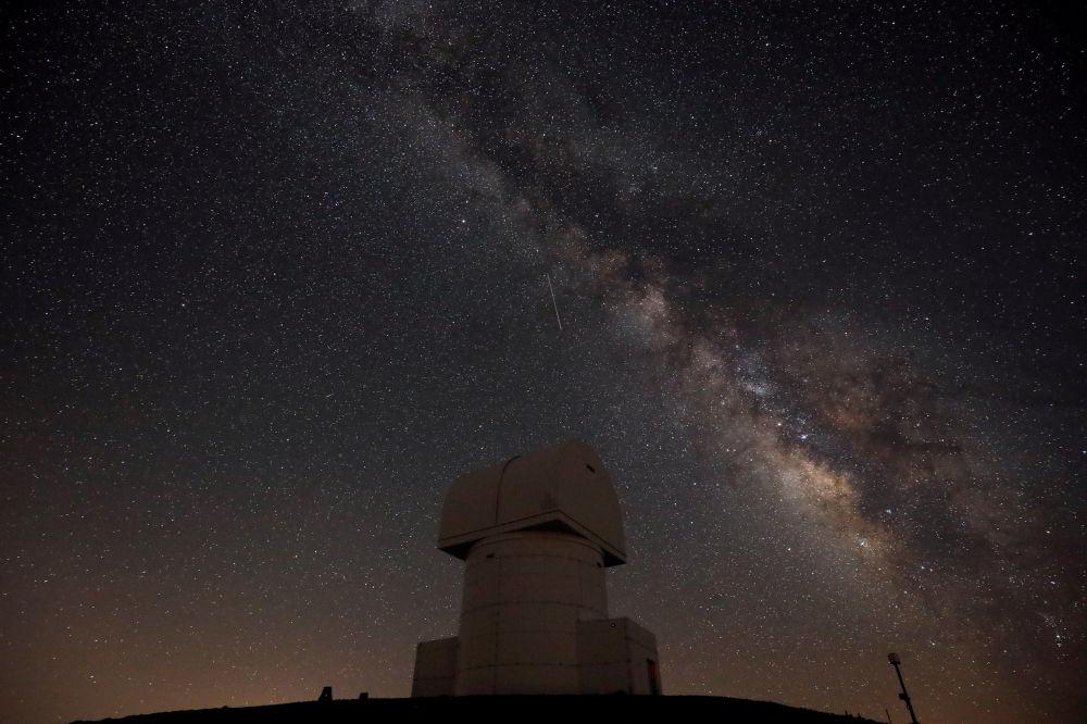 A Via Láctea vista no céu noturno sobre o Observatório de Helmos em Atenas, Grécia