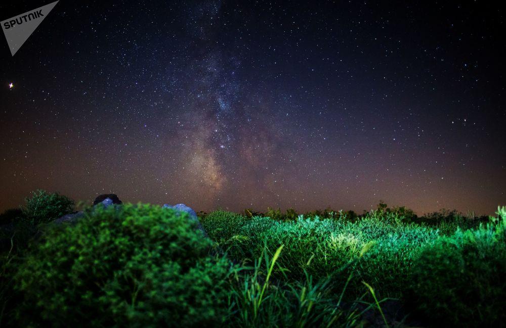 Céu noturno na região russa de Krasnodar durante as Perseidas
