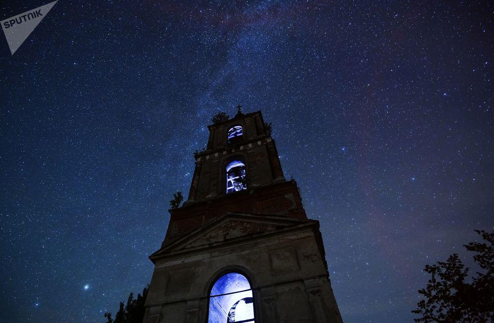 Campanário em um fundo de estrelas brilhantes, região russa de Vladimir