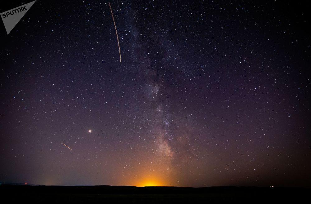 Estrelas brilhantes iluminam o céu de Krasnodar (Rússia) durante a fase ativa das Perseidas