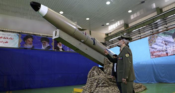 Apresentação do novo míssil balístico iraniano Fateh