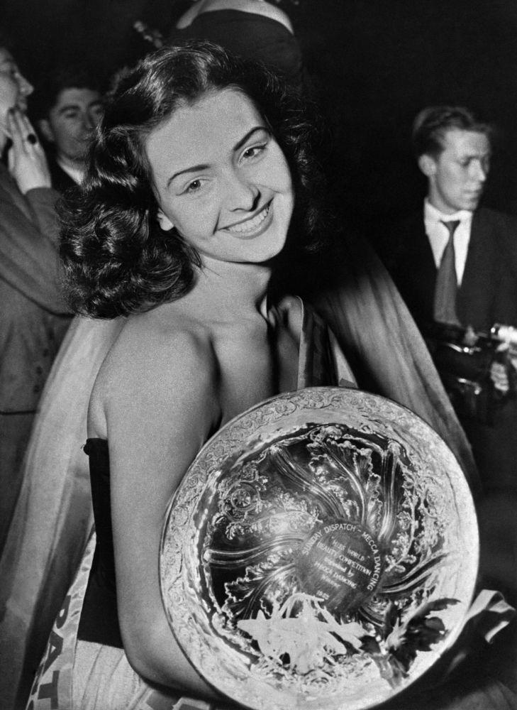 Denise Perrier, modelo francesa e Miss Mundo 1953, em Londres