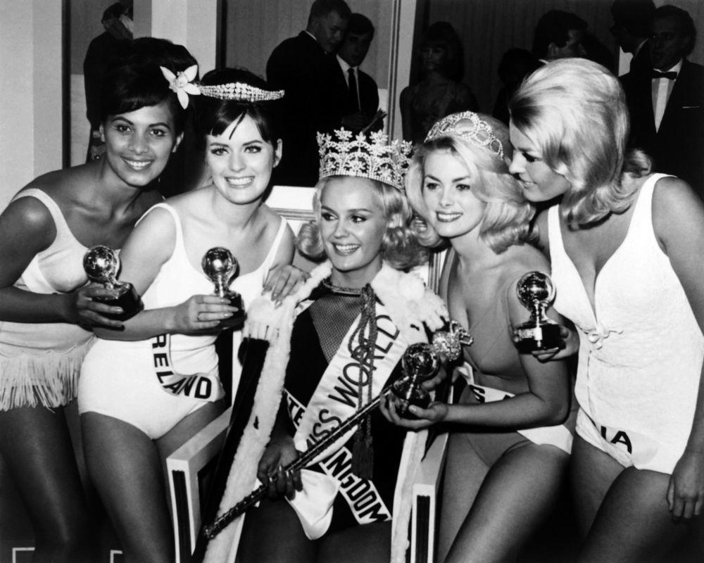 Modelo inglesa e Miss Mundo 1965, Lesley Langley (no centro), recebe coroa em Londres