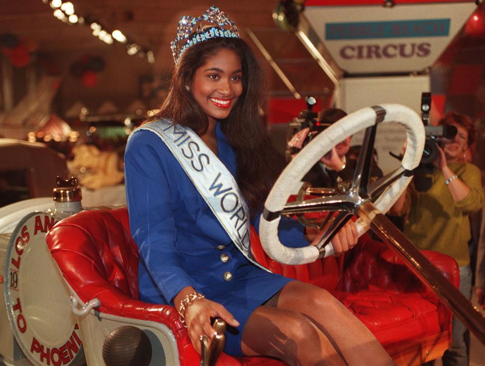Modelo jamaicana e Miss Mundo 1993, Lisa Hanna, em uma exposição de automóveis na Alemanha