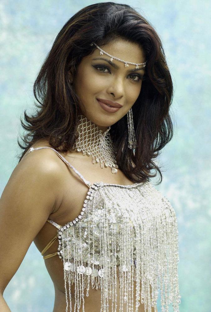 Miss Mundo 2000, modelo indiana Priyanka Chopra, posa para um retrato no âmbito de filmagem de um filme boliwoodiano, em Mumbai