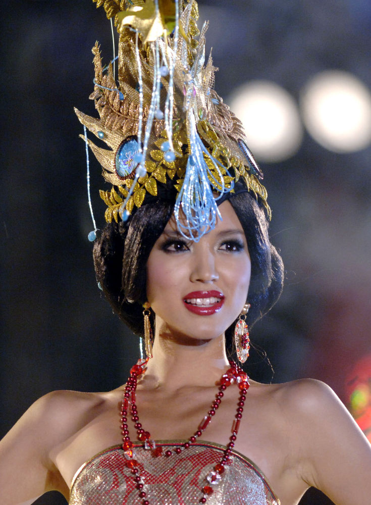 Miss Mundo 2007, modelo chinesa Zhang Zilin, participa do 57º concurso em Sanya, na China