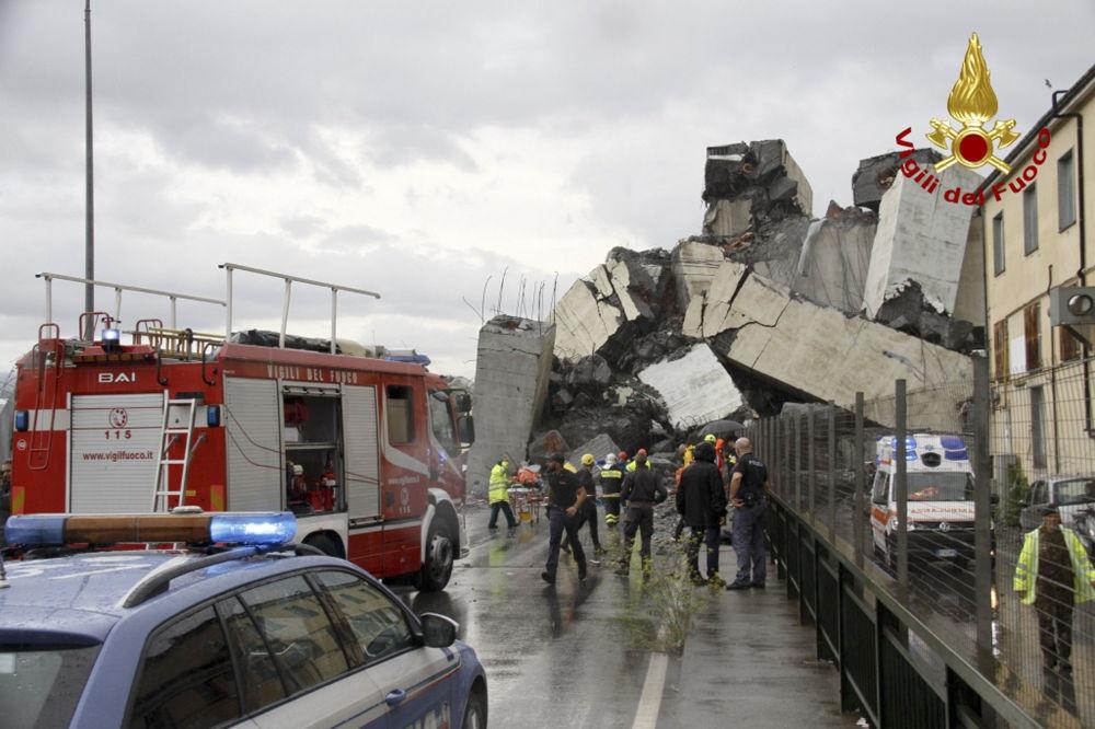 Escombros da ponte caíram nos edifícios residenciais, provocando muitas vítimas