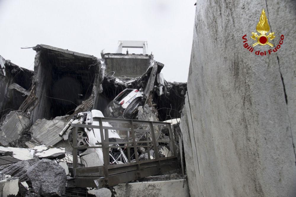 Carros são vistos debaixo dos escombros da ponte que desmoronou em 14 de agosto