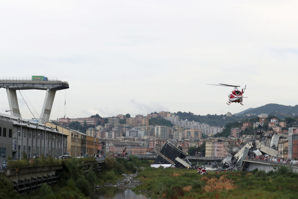 Um helicóptero aproxima-se do lugar do incidente com a ponte em Gênova