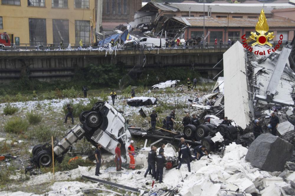 Polícia e bombardeiros tentam encontrar os sobreviventes no caos causado por desmoronamento da ponte