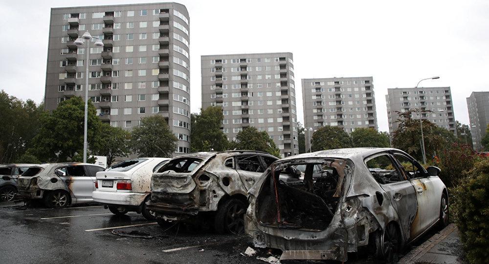 Carros queimados na Praça de Frolunda, em Gotemburgo, Suécia, 14 de agosto de 2018