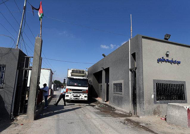 Um cmainhão carregado de comida chega à passagem de Kerem Shalom, em Rafah,sudeste da Faixa de Gaza. Foto de 10 de julho de 2018.
