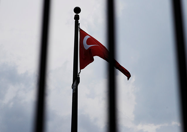 Bandeira da Turquia hasteada na embaixada turca em Washington