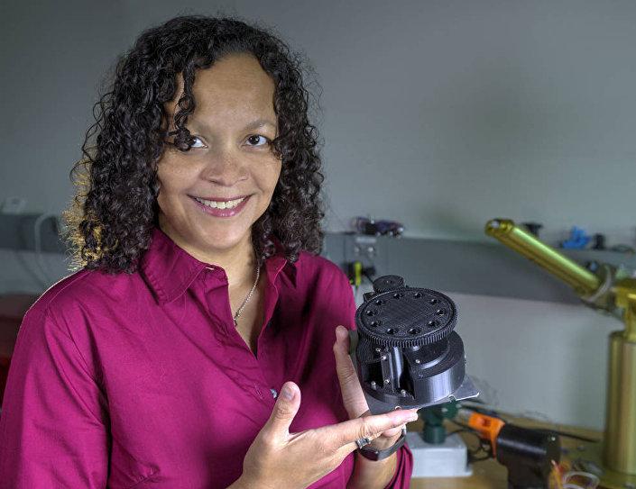 Cientista da NASA Melissa Floyd com protótipo do robô FISHbot