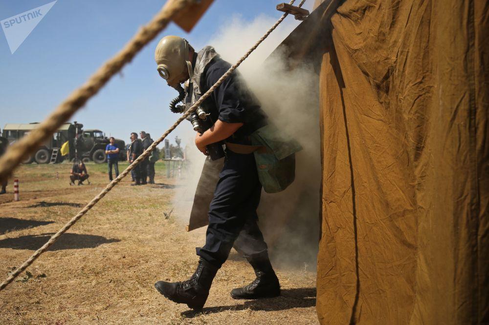Militar usando máscara antigás durante as manobras.