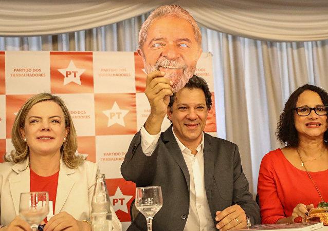 Candidato a vice-presidente pelo PT, Fernando Haddad posa para foto com máscara do ex-presidente Lula em Brasília