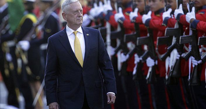 Secretário de Defesa dos EUA, James Mattis, inspeciona a guarda de honra antes de seu encontro com o ministro da Defesa do Brasil, Joaquim Silva e Luna, Brasília, 13 de agosto de 2018