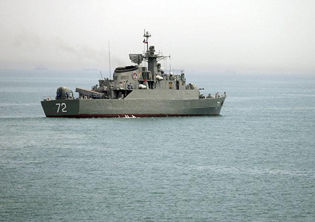 Navio de guerra iraniano Alborz se prepara antes de deixar as águas do Irã, no Estreito de Ormuz.