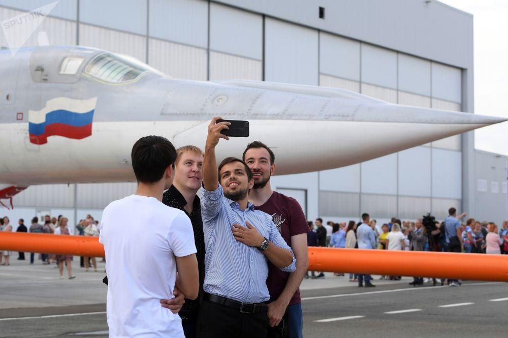 Funcionários da Fábrica de Aviões de Kazan tiram selfie com o avião modernizado russo Tu-22M3M durante sua cerimônia de rolagem
